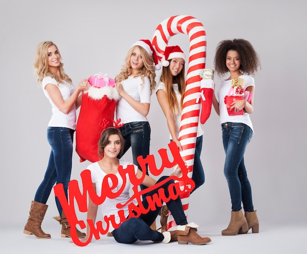 Mooie meisjes tijdens de kerstperiode