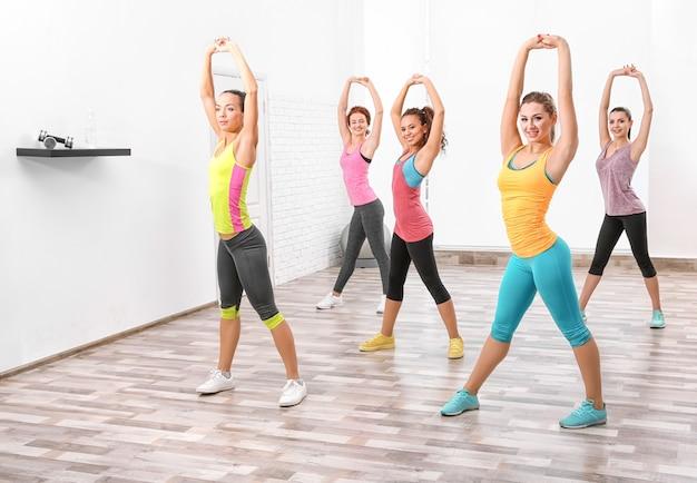 Mooie meisjes trainen in de sportschool