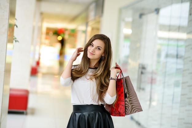 Mooie meisjes winkelen in het winkelcentrum.