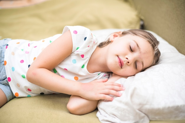 Mooie meisjesslaap op comfortabel bed