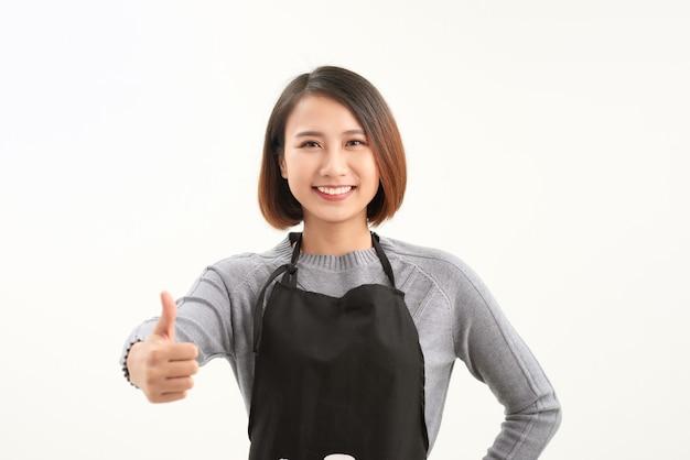 Mooie meisjeswerknemer die duim omhoog steekt en glimlacht als geweldig serviceconcept met copyspace