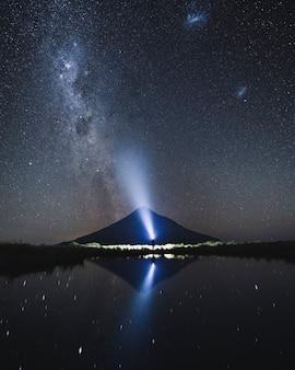 Mooie melkweg in de nachtelijke hemel