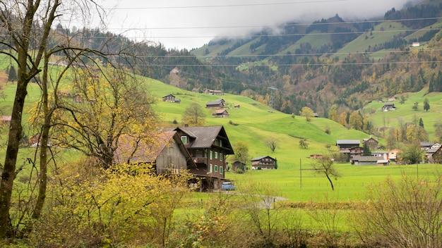 Mooie mening van plattelandsdorp en berg bij de herfst in engelberg, zwitserland