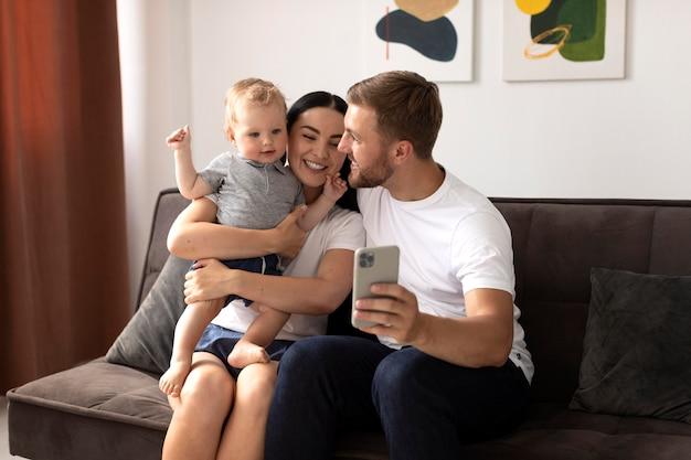 Mooie mensen die thuis videobellen met hun familie