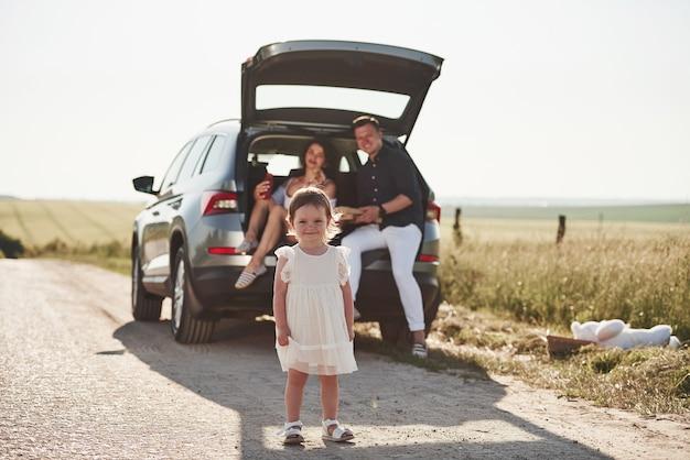 Mooie mensen zitten in de weekenden in de moderne auto
