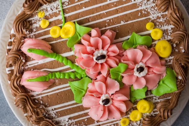Mooie meringue cake versierd met creme rozen.