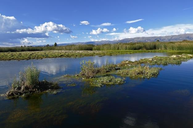 Mooie middag op een moerasland met het weerkaatste uitzicht op de lucht en de zuiverheid van het water