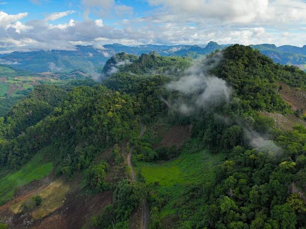 Mooie mist over de berg bij zonsondergang in de avondtijd en mist in het dorp ban ja bo, de provincie mae hong son, thailand.