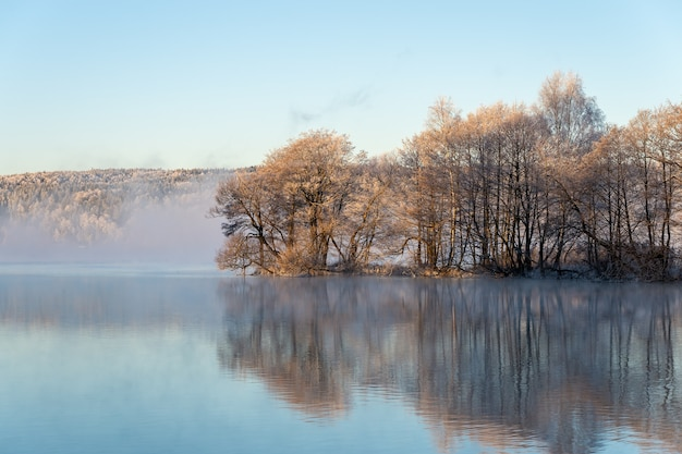Mooie mistige ochtend bij zonsopgang, dageraad, aan een meer.