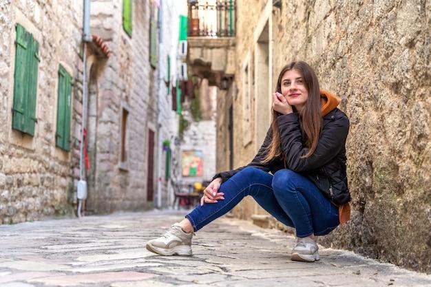 Mooie mode vrouw buiten op straat van de oude stad in kotor, montenegro