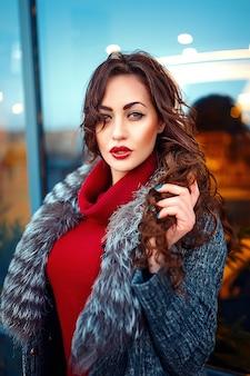 Mooie mode vrouw die zich voordeed