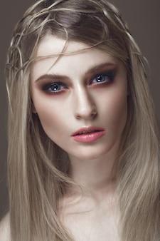 Mooie mode vrouw met creatieve make-up en kapsel