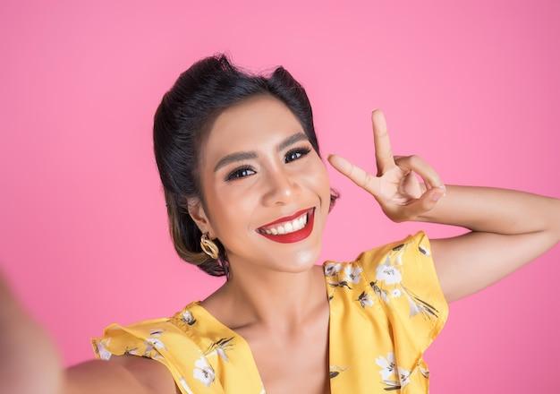 Mooie mode-vrouwen nemen een foto selfie met haar telefoon