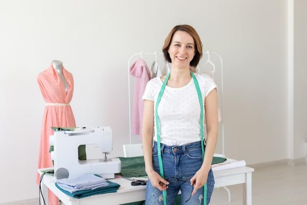 Mooie modeontwerper vrouw permanent in de studio