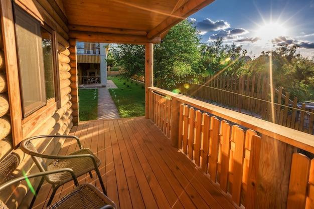 Mooie moderne terraslounge met pergola bij zonsondergang