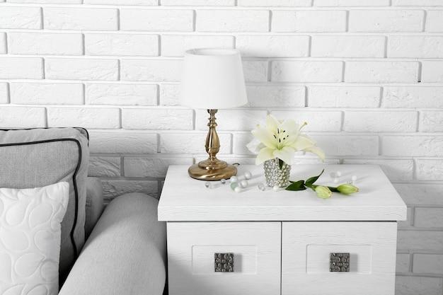 Mooie moderne woonkamer met grijze bank en tafellamp