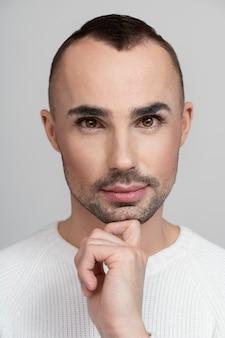 Mooie modieuze man met make-up