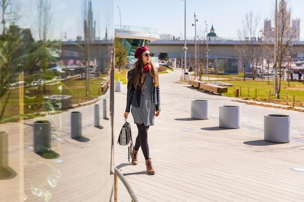 Mooie modieuze vrouw die in moskou loopt