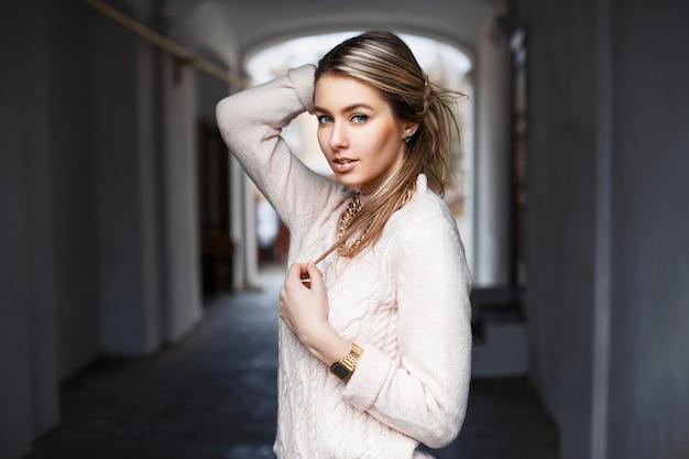 Mooie modieuze vrouw in een stijlvolle trui