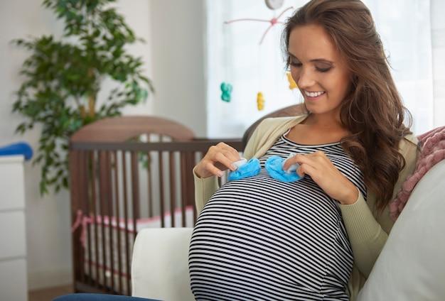 Mooie moeder aan het einde van haar zwangerschap