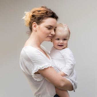 Mooie moeder bedrijf babymeisje