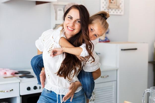 Mooie moeder die haar dochtertje houdt