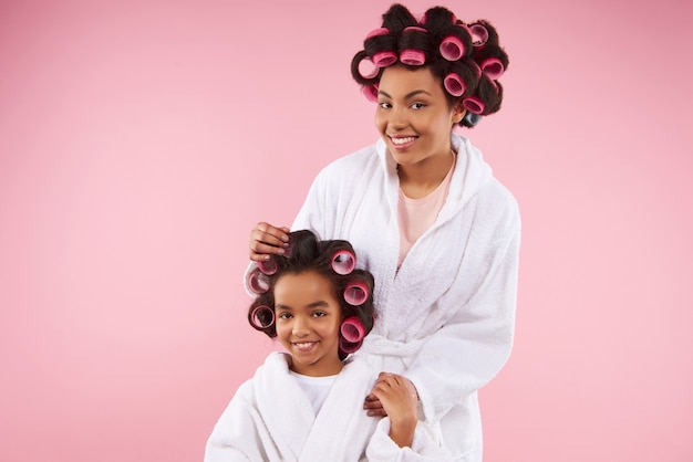 Mooie moeder en dochter in badjassen