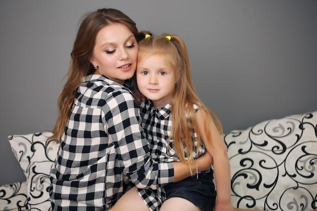 Mooie moeder en dochter met bijpassende shirts