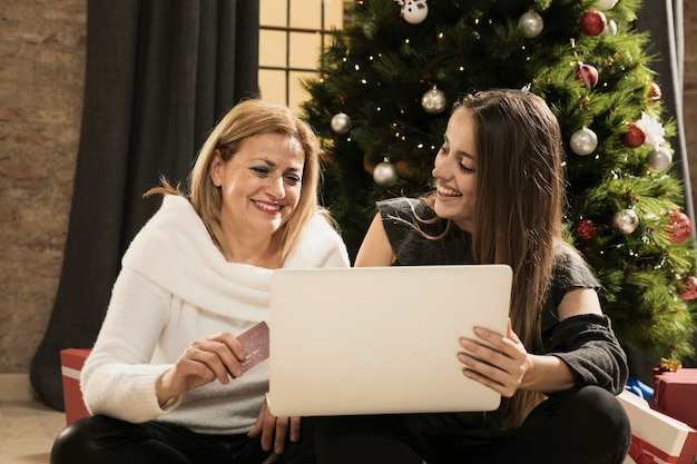 Mooie moeder en dochter met een laptop