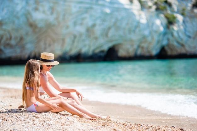 Mooie moeder en dochter op caribisch strand