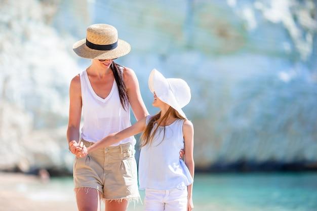 Mooie moeder en dochter op het strand