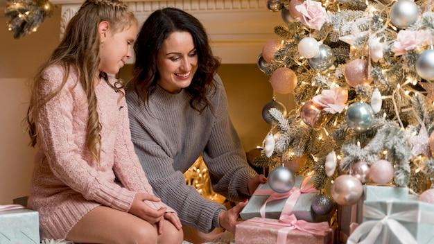 Mooie moeder en dochter samen tijd doorbrengen