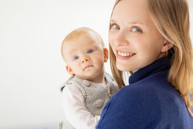 Mooie moeder en kind glimlachen