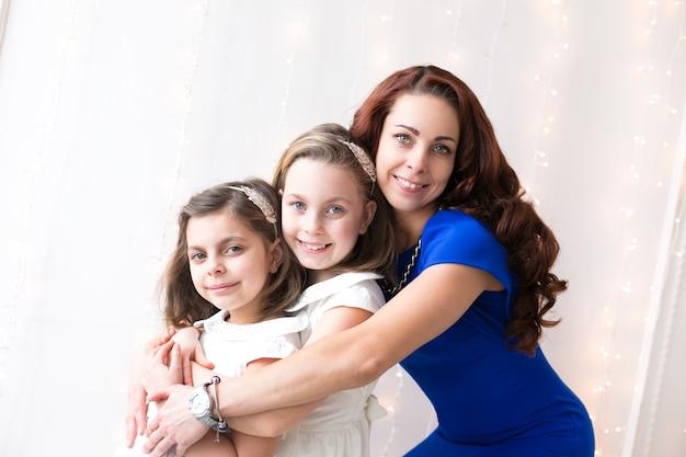 Mooie moeder met dochters die samen poseren