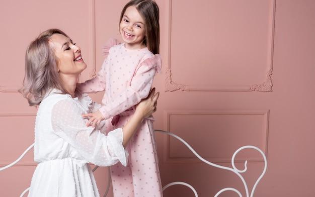 Mooie moeder met een klein meisje