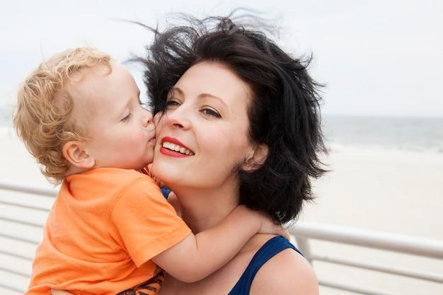 Mooie moeder met een schattige zoon op een wandeling. familiefoto op het strand.