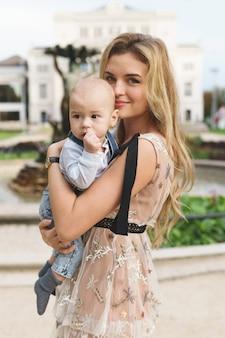Mooie moeder met haar zoontje op de stad straat