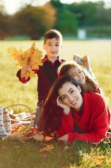Mooie moeder met kleine kinderen