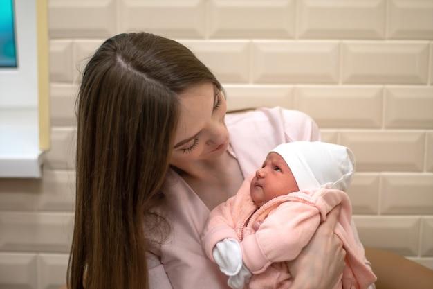 Mooie moeder met pasgeboren dochtertje