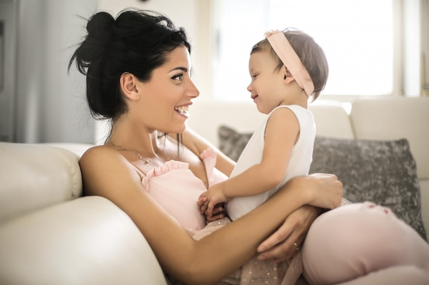 Mooie moeder praat met haar baby