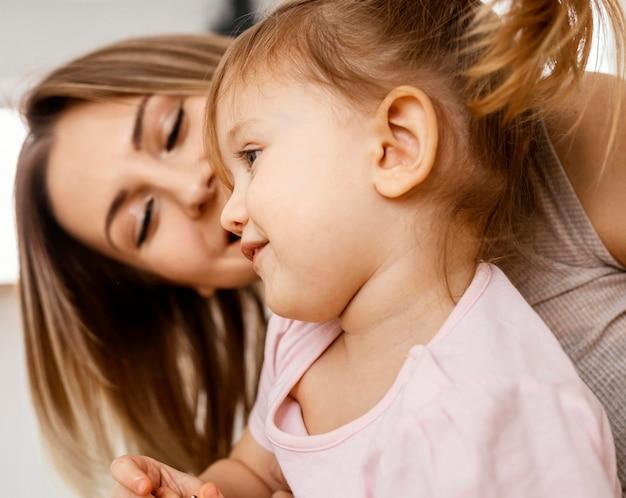 Mooie moeder tijd doorbrengen samen met haar dochter thuis