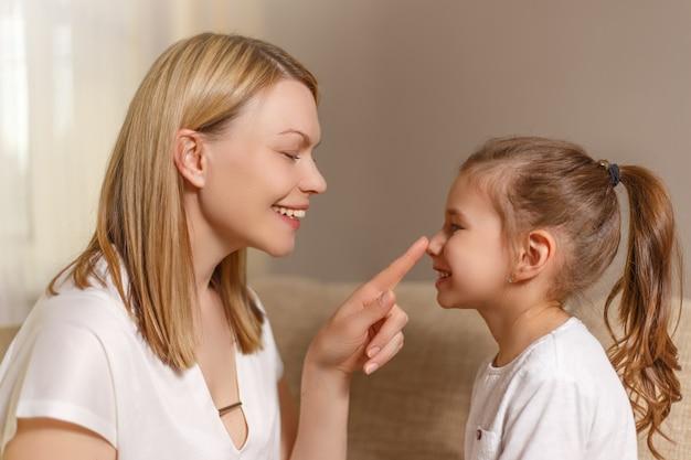 Mooie moeder troost haar gefrustreerde jonge dochter