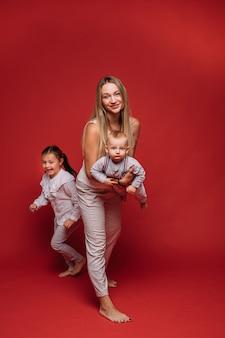 Mooie moeder verheugt zich met haar mooie kinderen en lacht