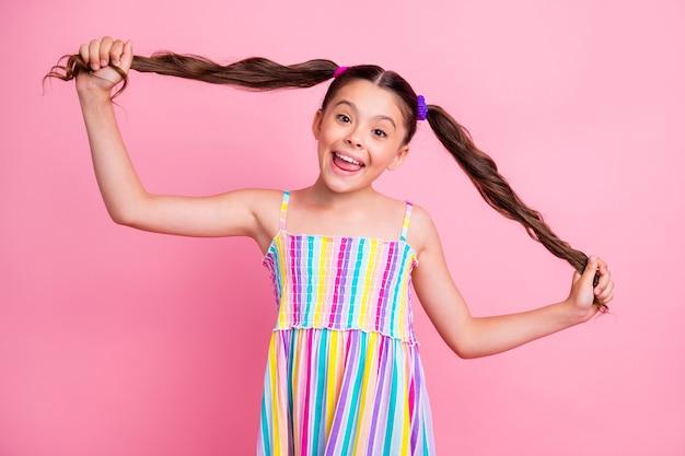 Mooie mooie grappige kleine dame schattige lange staarten speels gezicht