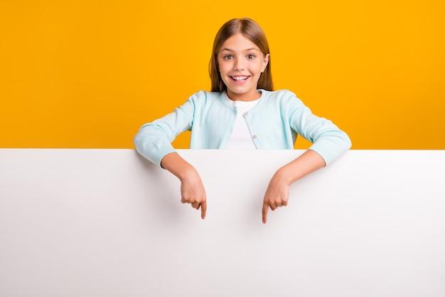 Mooie mooie kleine dame die vingers naar de grote lege ruimte leidt