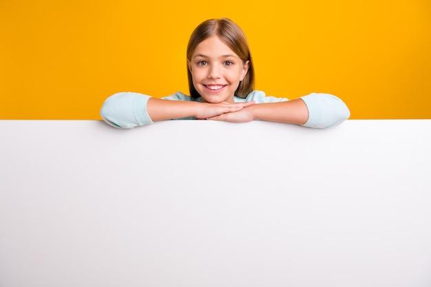 Mooie mooie kleine kleine dame hand in hand leunend grote lege ruimte