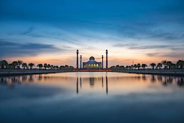 Mooie moskee in zonsondergang