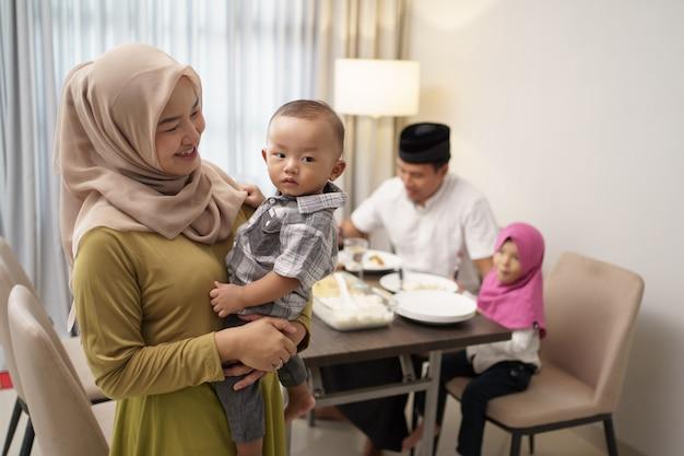 Mooie moslim familie samen eten