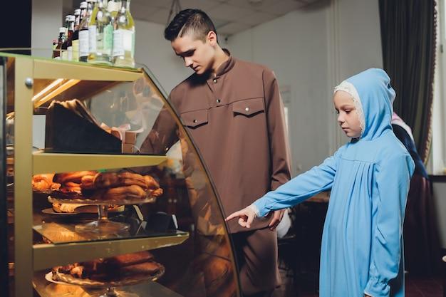 Mooie moslim kaukasische russische man met jurk ontspannen