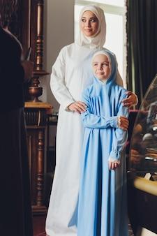 Mooie moslim kaukasische russische vrouw, gekleed in jurk ontspannen